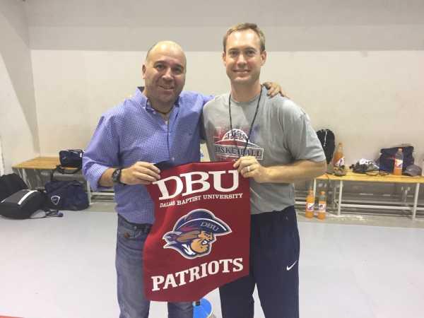 Blake Flickner entrega a Jesús Pantojo el banderín de DBU