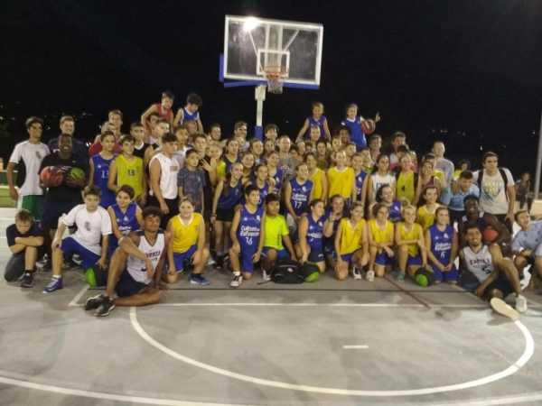 Los jugadores de DBU con los integrantes de la Escuela Municipal de Denia