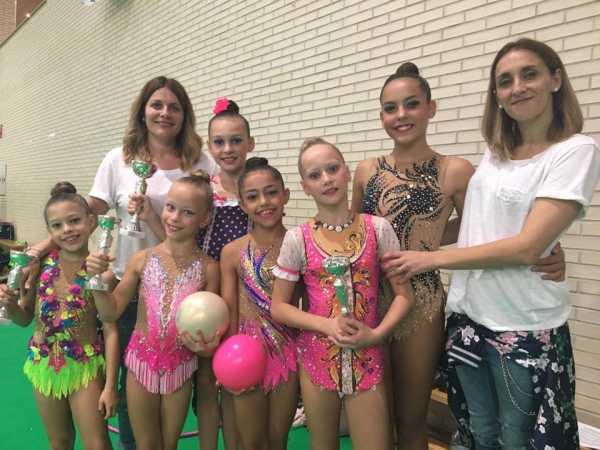 gimnastas individuales del club denia y club calpe tras la entrega de trofeos