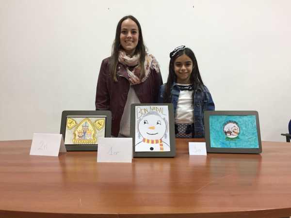 Melani y Carla con las tarjetas ganadoras